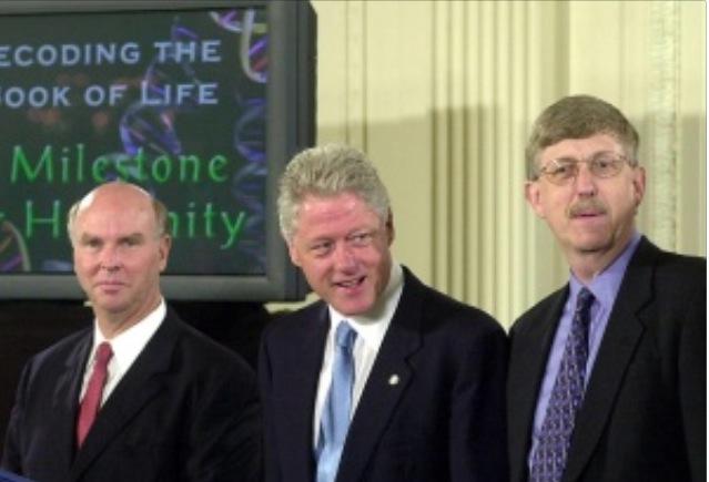 Francis Collins (dir.), diretor dos Institutos Nacionais de Saúde dos EUA, ao lado de Bill Clinton, na Casa Branca, anunciando a decifração do genoma humano em junho de 2000 (Imagem: AFP)