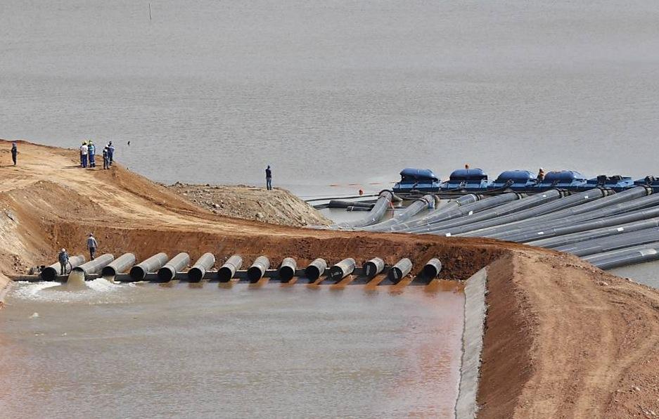 Operários testam captação de água no sistema Cantareira, em Joanópolis (SP). Imagem: Moacyr Lopes Junior/Folhapress
