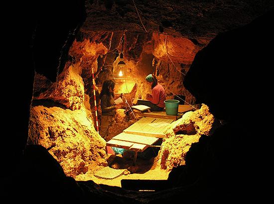 Pesquisadoras trabalham na caverna de El Sidrón, na Espanha, que foi habitada por neandertais. Imagem: CSIC/Divulgação
