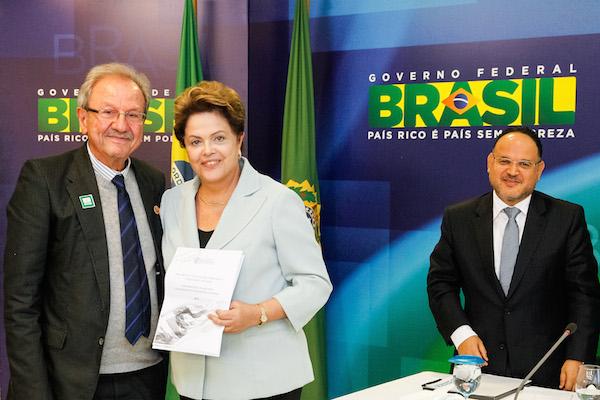 Presidente Dilma Rousseff recebe sugestões na área de ciência e tecnologia de Jacob Palis, Presidente da Academia Brasileira de Ciências em 25.jun. Imagem: Roberto Stuckert Filho/PR