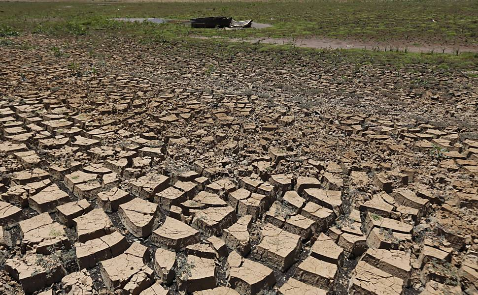 Marca da seca na represa do sistema Jaguari-Jacareí, em Piracaia (SP), que abastece parte da capital e alguns municípios. Imagem: Moacyr Lopes Junior/Folhapress