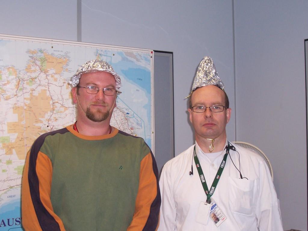 Chapéus de papel-alumínio são usados por pessoas que acreditam desse modo proteger seus cérebros de serem espionados por escarpamento eletrônico. Imagem: Jodie McGrath?Creative Commons