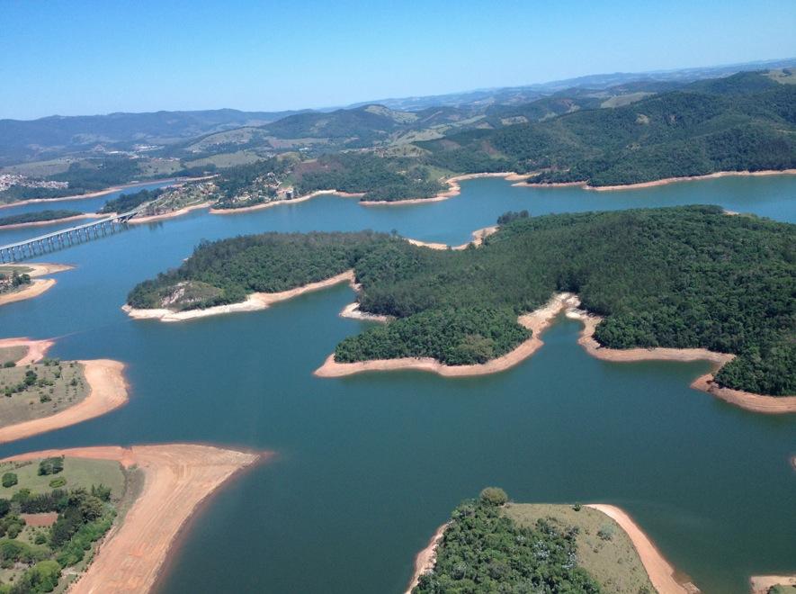 Reservatório Atibainha, do sistema Cantareira, em área de mata Atlântica, em Atibaia (SP). Imagem: Maurício Tuffani/Fohapress/28.out.2014