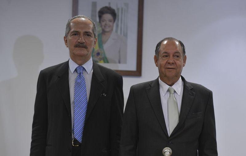Aldo Rebelo (esq), novo ministro da Ciência, Tecnologia e Inovação, e seu antecessor Clélio Campolina Diniz, em cerimônia de transmissão do cargo. Imagem: valter Campanato/Agência Brasil (2.jan.2015)