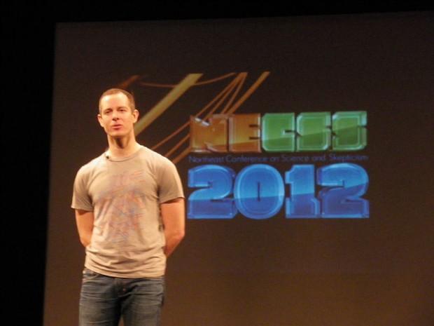 O biólogo molecular e jornalista John Bohannon, em conferência em Nova York em abril de 2012. Imagem: Luyo/Creative Commons/Reprodução