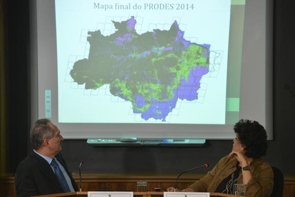Os ministros Aldo Rebelo (Ciência, Tecnologia e Inovação) e Izabella Teixeira (Meio Ambiente) anunciam taxa de sematamento anual da Amazônia no período de agosto de 2013 a julho de 2014. Imagem: Fabio Rodrigues Pozzebom/Agência Brasil/Divulgação