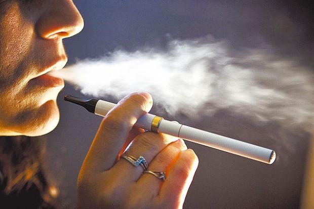 Fumante experimenta cigarro eletrônico. Imagem: Ricardo Jaeger/Folhapress