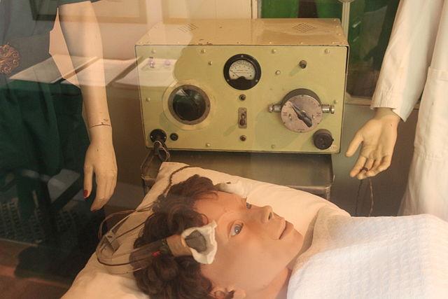 Simulação antiga de terapia de eletrochoque no Museu Glenside, em Bristol, no Reino Unido. Imagem: Rodw/Wikimedia Commons